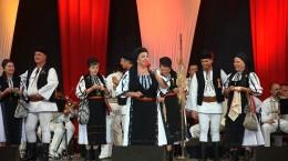 festivalul-quot-cantecele-muntilor-quot-a-debutat-cu-delicii-culinare-urmeaza-spectacolele-din-piata-mare-33612