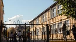 scoala, curtea scolii, copii