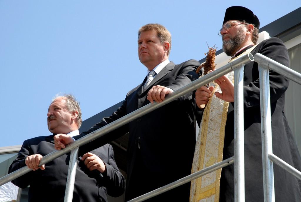Primarul Klaus Iohannis participa la inaugurarea unei statii de beton, in Sibiu, 9 mai 2007.
