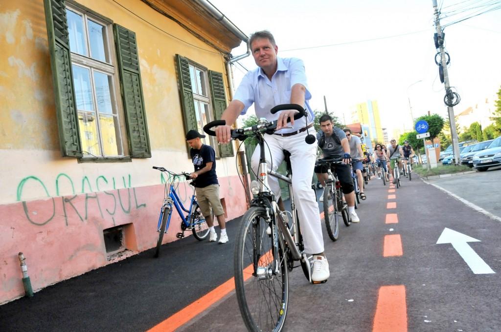 Klaus Johannis, primarul Sibiului, participa la inaugurarea primei etape de amenajare si marcare a pistelor de biciclete din Sibiu, cu o lungime totala de 17,38 kilometri, miercuri, 8 iunie 2011.