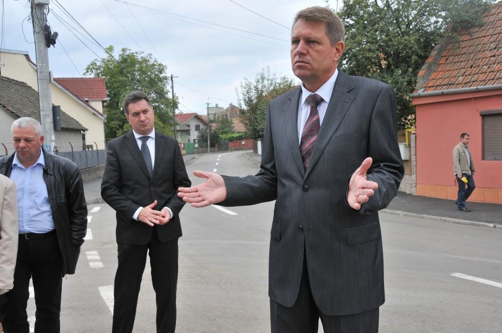 Primarul Klaus Iohannis participa la inaugurarea unor strazi reabilitate din Sibiu, 29 septembrie 2010.