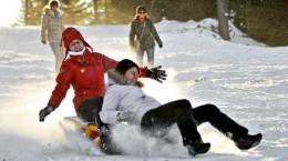 Mai multi sibieni se dau pe partie la deschiderea resortului de ski Arena Platos din Paltinis, duminica, 19 decembrie 2010.