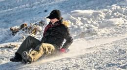 O tanara se da cu sania la deschiderea resortului de ski Arena Platos din Paltinis, duminica, 19 decembrie 2010.