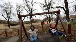 loc de joaca copii altana, leagan, parc