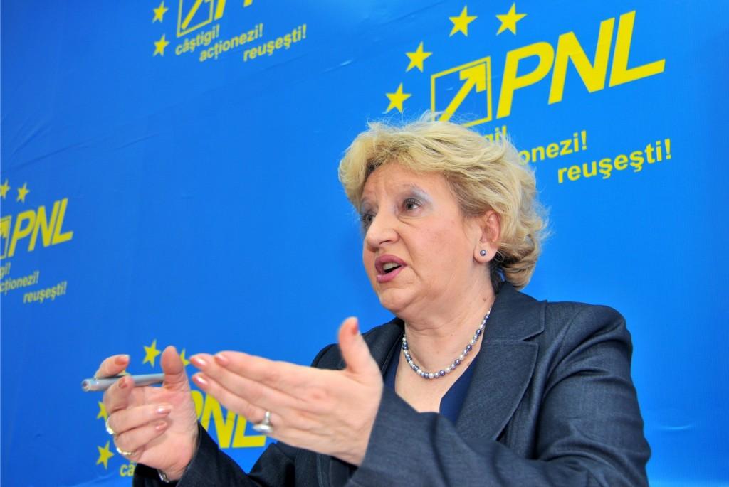 Senatorul PNL Minerva Boitan sustine o conferinta de presa, joi, 3 februarie 2011, la sediul PNL din Sibiu. Fost director al Spitalului Judetean Sibiu, Minerva Boitan se declara impotriva inchiderii spitalelor din Agnita si Cisnadie si a comasarii a alte trei spitale din municipiul Sibiu.