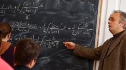 Profesorul de matematica, Marius Lobaza, explica un exercitiu, in timpul unei ore, la Colegiul National Banatean Timisoara, luni, 20 noiembrie 2006. Membrii sindicatelor din invatamant au intrat in greva japoneza, protestul fiind organizat in perioada in care bugetul de stat pe 2007 este discutat in Parlament, cadrele didactice fiind nemultumite fata de procentul alocat educatiei. LUIZA PUIU / MEDIAFAX FOTO
