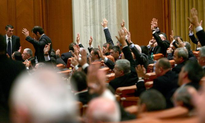 Sedinta comuna a Senatului si Camerei Deputatilor, in Bucuresti, miercuri, 4 noiembrie 2009. Guvernul propus de premierul desemnat Lucian Croitoru, format din 14 ministri, doar doi dintre ei cu aviz favorabil din partea comisiilor de specialitate, incearca, miercuri, sa obtina votul de investitura din partea Parlamentului, insa un rezultat favorabil acestuia este putin probabil.