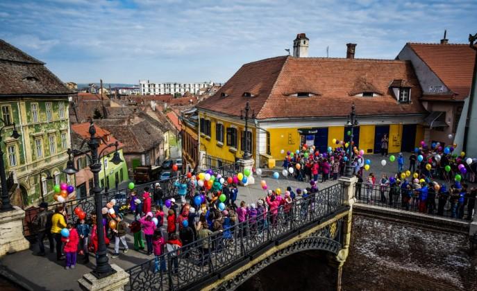 copii scoala 2 baloane pentru Iuliana Finica Sibiu
