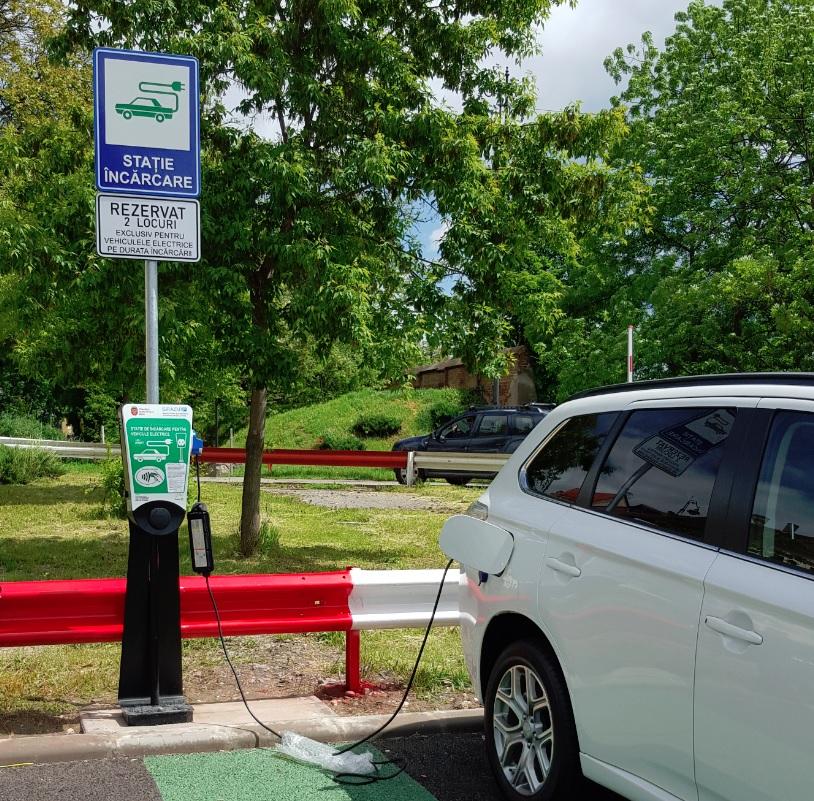 Prima stație de încărcare a mașinilor electrice, amenajată din fonduri publice, are un sistem complicat de acces