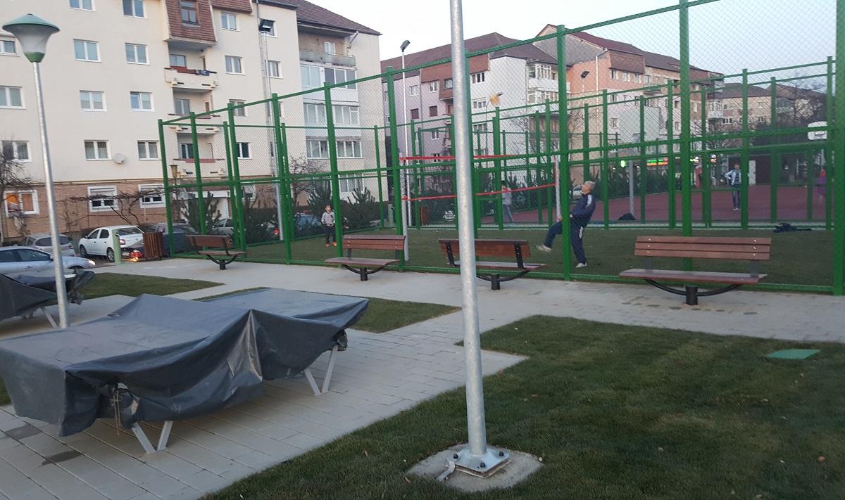 parc-strand-teren-tenis-cu-piciorul-mese-ping-pong