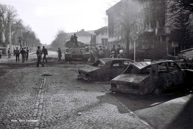 sibiu_masini-incendiate-la-sediul-militiei-revolutie-1989
