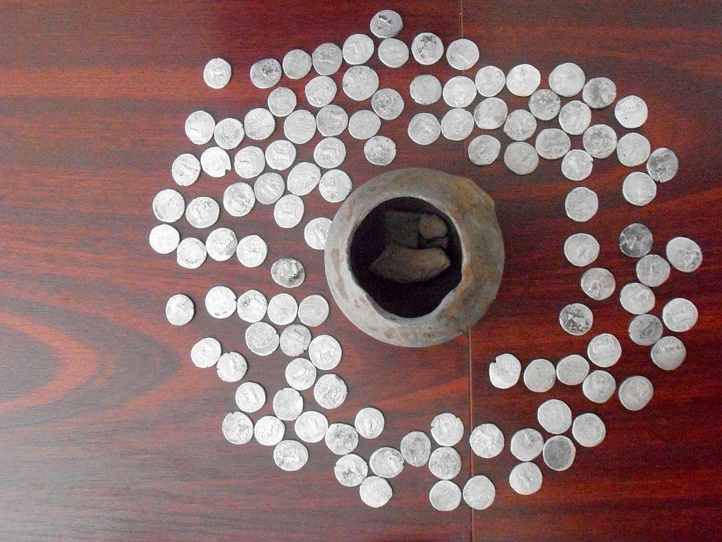 110 monede din argint de tip drahma dyrrachium, descoperite în oala care se află în centru. Vechi de 2.200-2.300 de ani