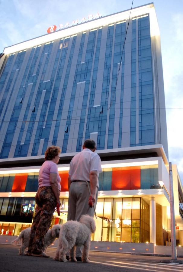Hotelul Ramada este ținut în funcțiune de către angajații voluntari