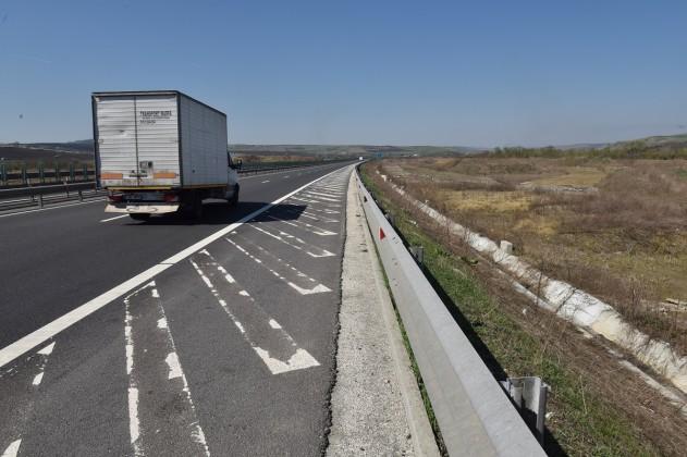 autostrada aici ar fi trebuit sa fie spatii de parcare si servicii (1)