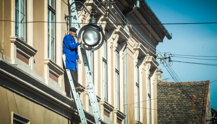 montare becuri iluminat public