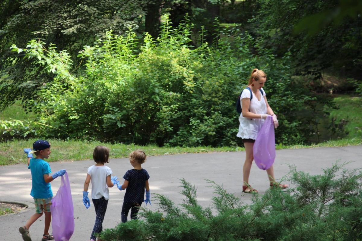 joaca de-a ecologia parcul sub arini gunoaie copii curatenie deseuri (2)