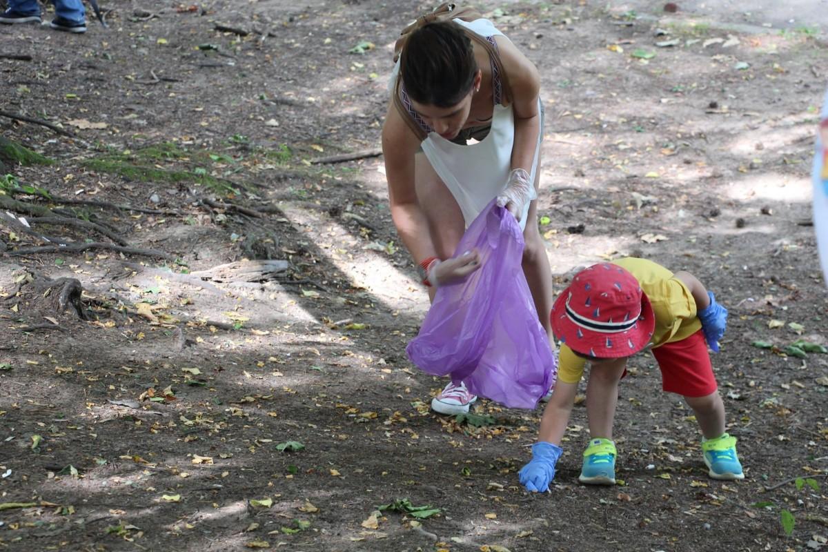 joaca de-a ecologia parcul sub arini gunoaie copii curatenie deseuri (3)