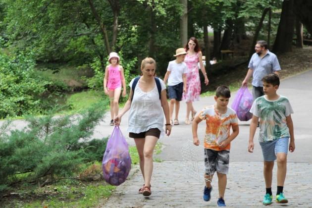 joaca de-a ecologia parcul sub arini gunoaie copii curatenie deseuri (4)