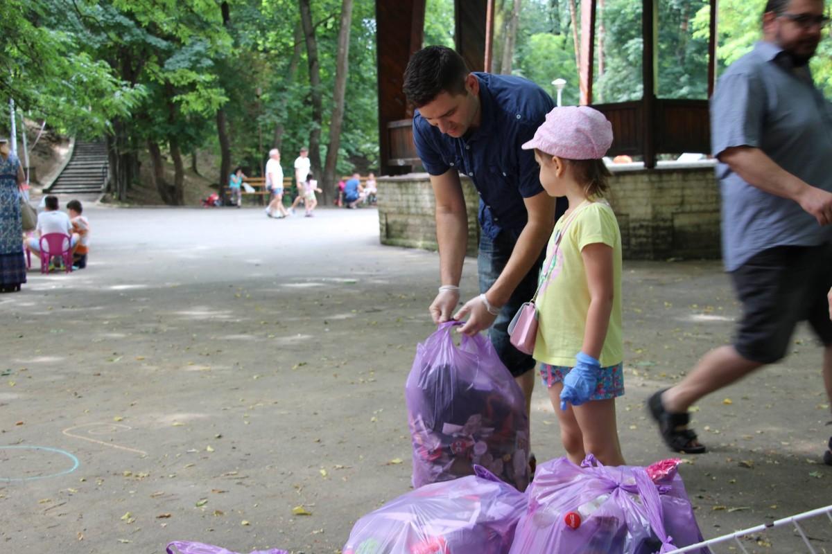 joaca de-a ecologia parcul sub arini gunoaie copii curatenie deseuri (5)
