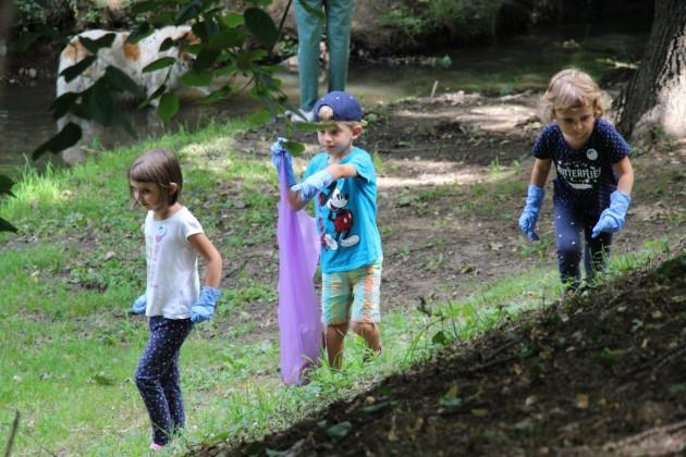 joaca de-a ecologia parcul sub arini gunoaie copii curatenie deseuri