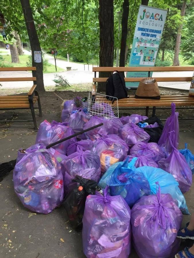 joaca de-a ecologia parcul sub arini gunoaie copii curatenie deseuri (7)