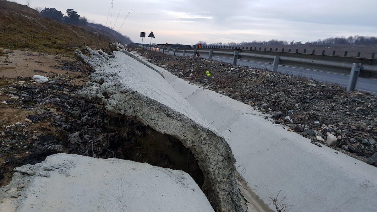 """Pe lotul de autostradă dintre Săliște și Cunța, rigolele """"pocnesc"""" precum floricelele de popcorn în urma alunecărilor continue de teren"""