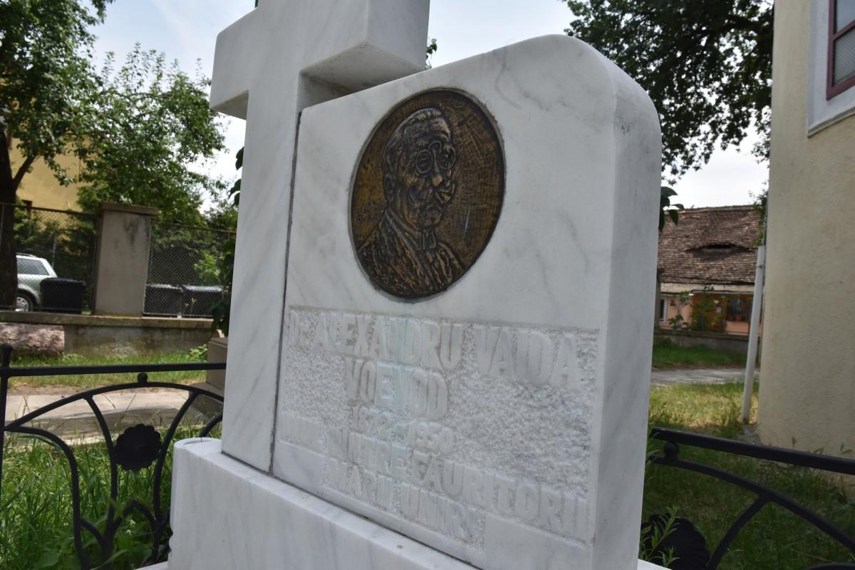 Piatra funerară a mormântului lui Alexandru Vaida Voevod