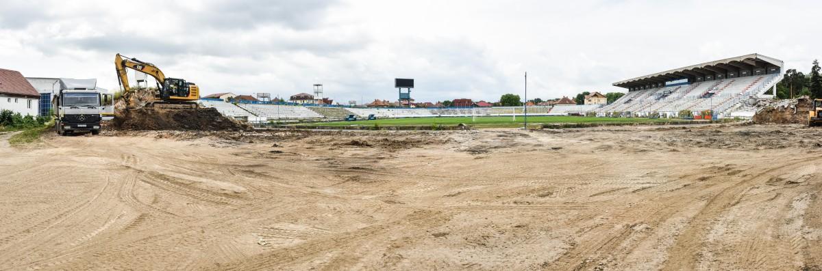 În timp ce echipa locală spera să joace pe stadion, acesta rămânea tot un șantier aproape gol