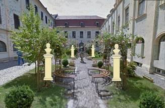 Simulare a amplasării busturilor în curtea Muzelui Brukenthal