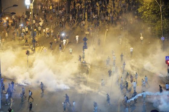 """Protestatarii sunt indepartati de sediul guvernului cu grenade cu gaz lacrimogen,  in timpul mitingului de protest al cetatenilor romani rezidenti in strainatate, """"Protestul Diasporei"""", impotriva guvernului si al PSD, vineri 10 august 2018, in Piata Victoriei din Bucuresti. ANDREEA ALEXANDRU / MEDIAFAX FOTO"""