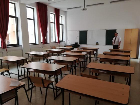 Ioan Mitru, într-o sală a Școlii nr. 13