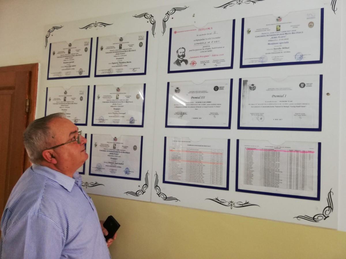 Directorul Școlii nr. 18, Cornel Țichindelean, ne prezintă diplomele elevilor săi