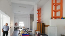Spațiul din spatele sălii de sport, lângă vestiare, transformat într-o clasă, la Școala  nr. 18