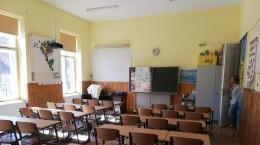 Sală în care învață copiii din clasa a III-a, la Școala nr. 2