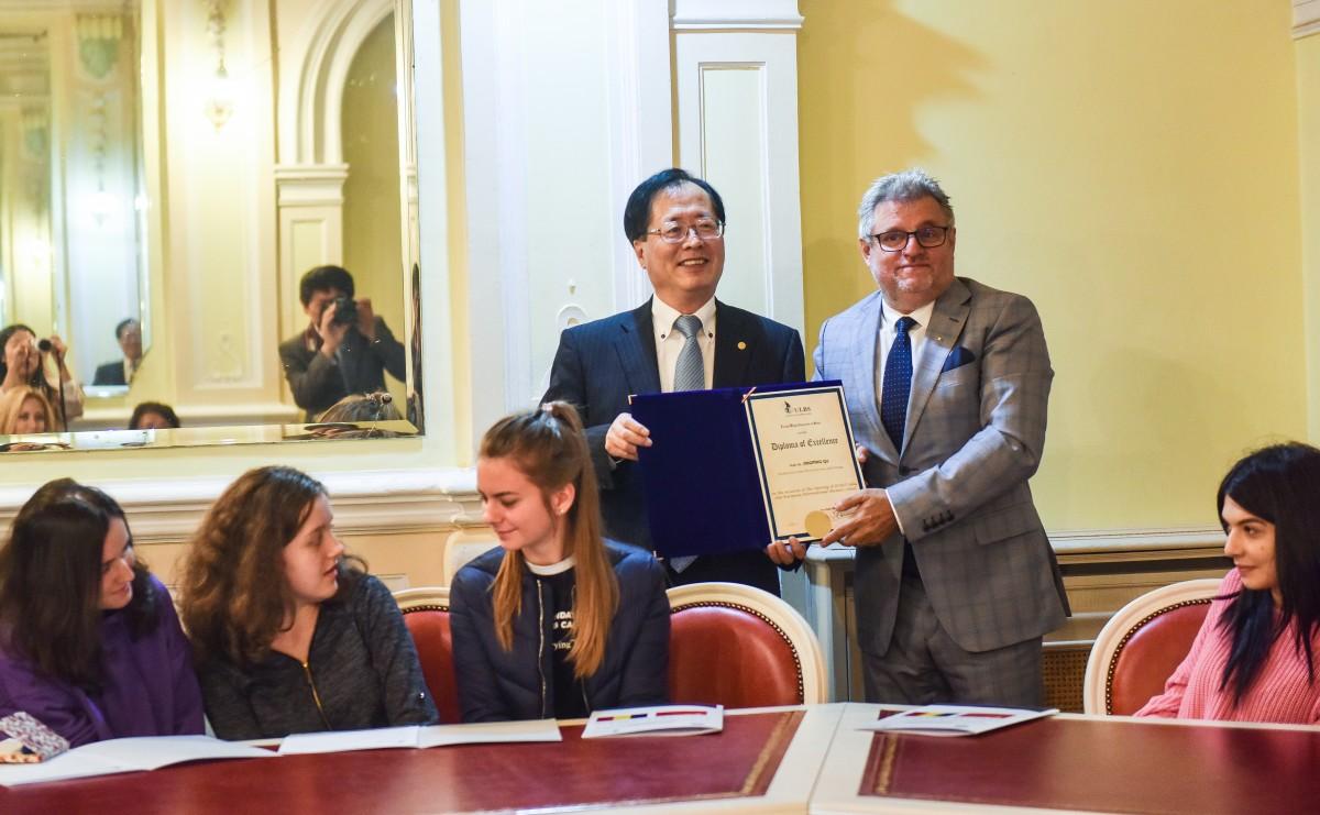Rectorul ULBS i-a înmânat președintelui ECUST o diplomă de excelență