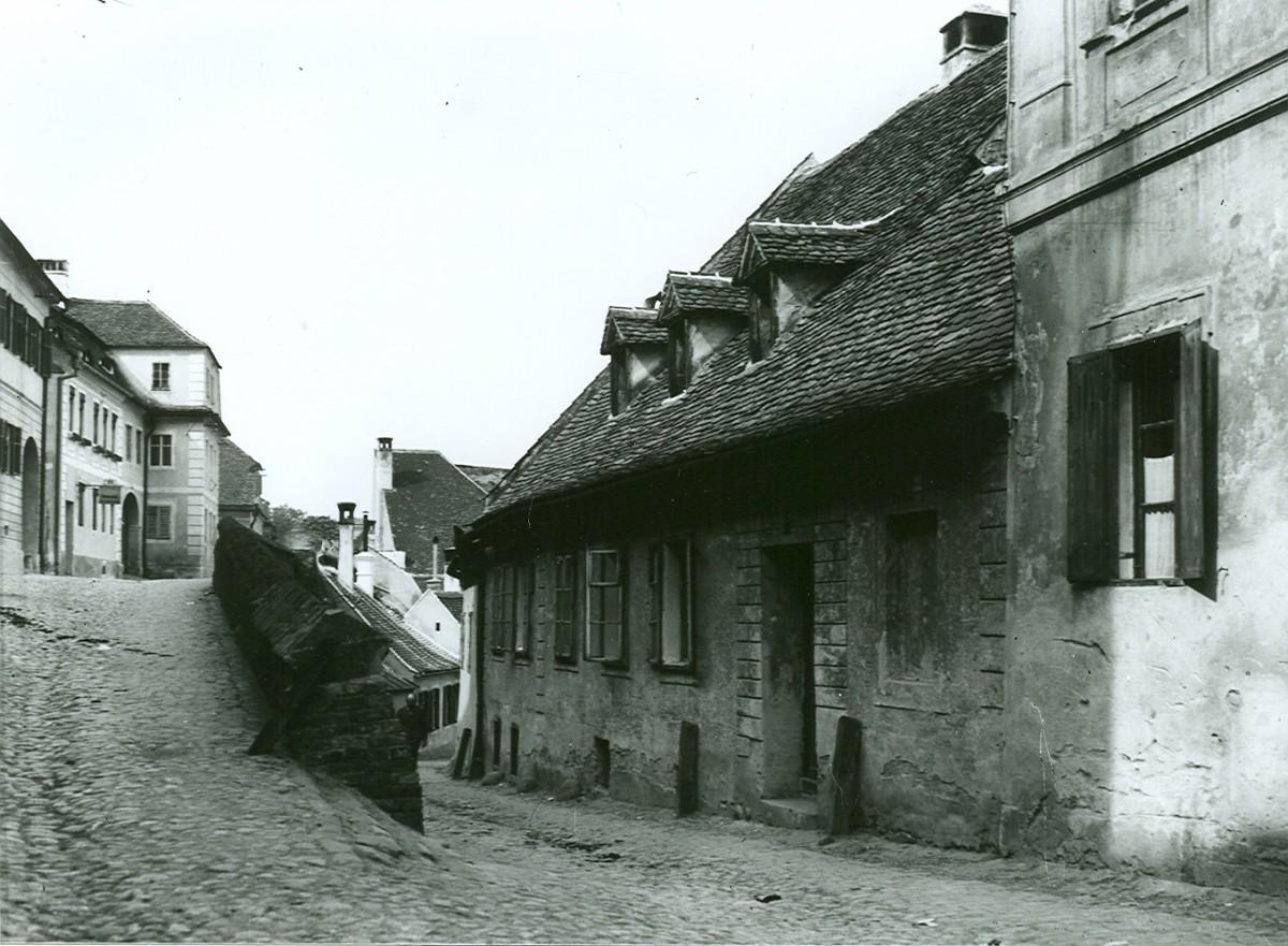 Cât de îngustă era strada Alexandru Odobescu mai poate fi văzut azi urmărind liniile pavajului roșu