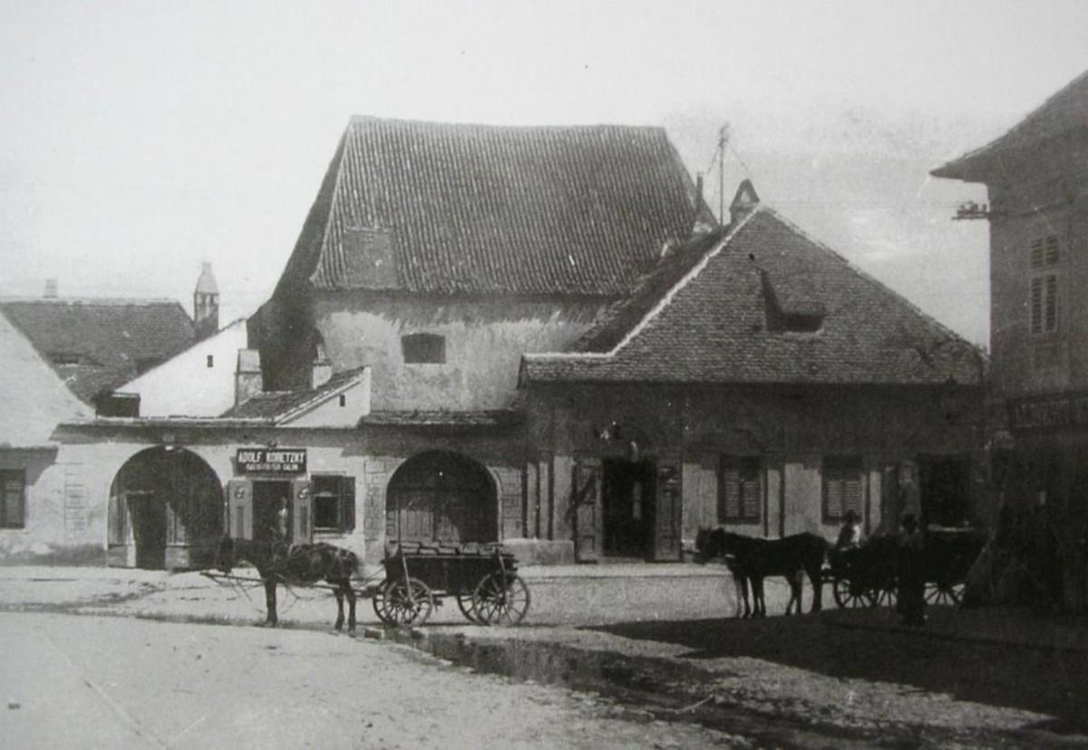 Pe locul fostei mănăstiri franciscane, care a adăpostit și prima bibliotecă de pe actualul teritoriu al României, comuniștii au ridicat blocuri