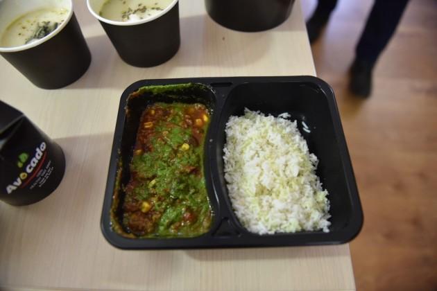 Chilly con carne din vită slabă cu orez alb și coriandru proaspăt