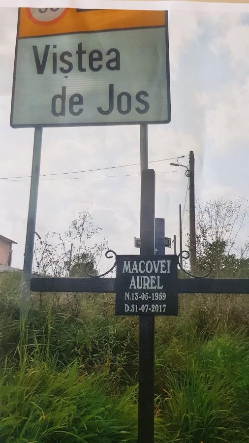 Locul în care a murit Aurel Macovei este marcat de o cruce amplasată la marginea drumului