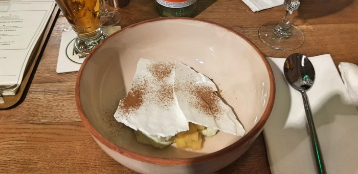 Mousse de urdă, aromatizat cu leuștean și însoțit de măr caramelizat în coniac, firimituri de nucă și cu bezea cu scorțișoară