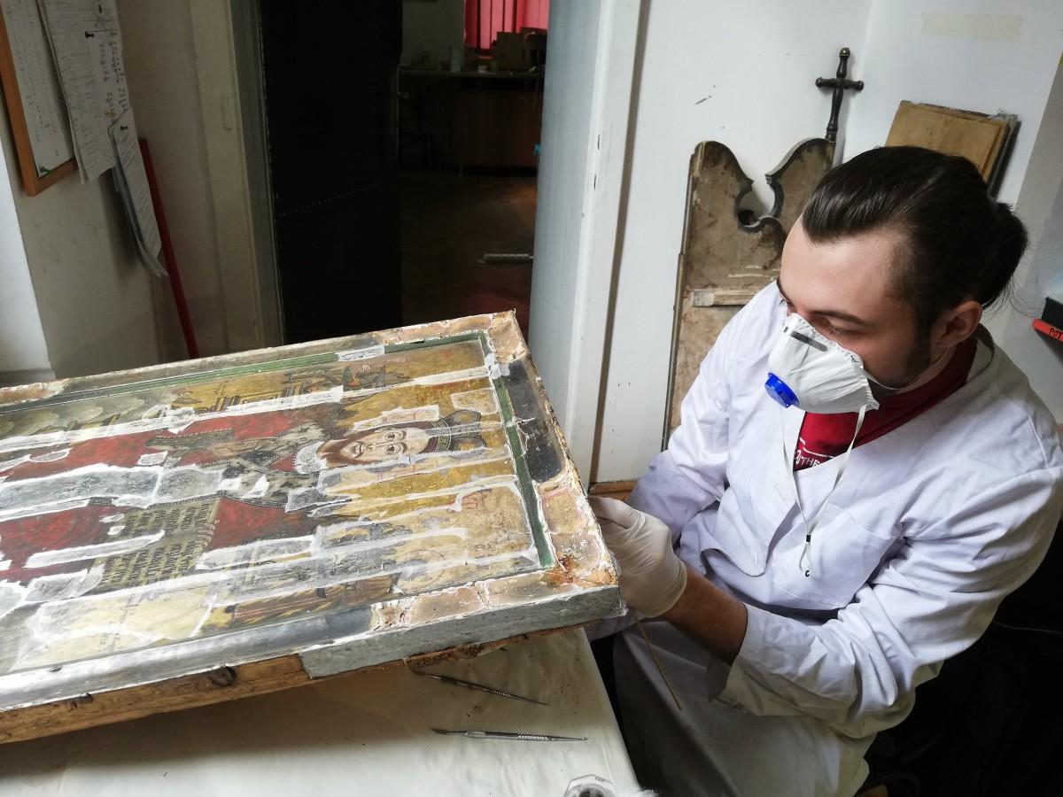 George este student și își face practica la Centrul de restaurare al Arhiepiscopiei Sibiu