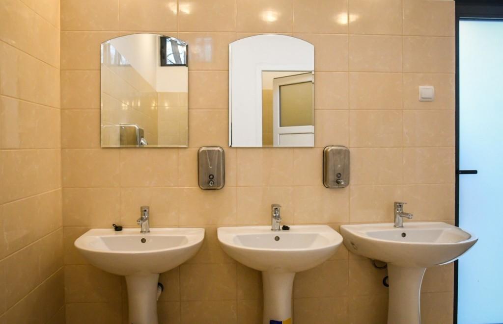 toaleta casuta bebe sub arini (1)