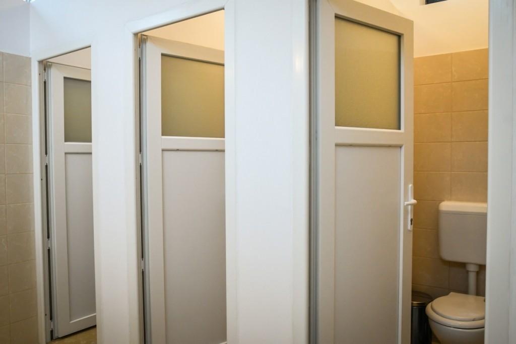 toaleta casuta bebe sub arini (2)