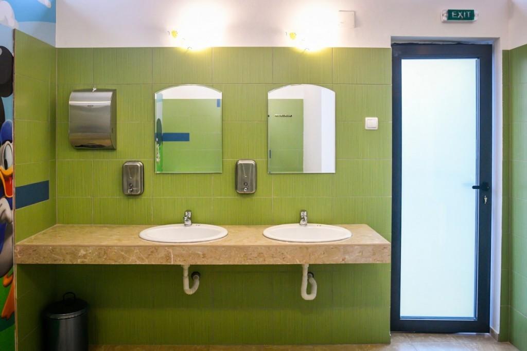 toaleta casuta bebe sub arini (3)