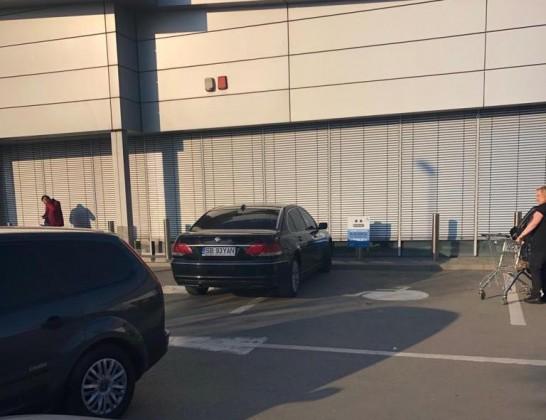 parcare masini doua locuri de pers cu handicap