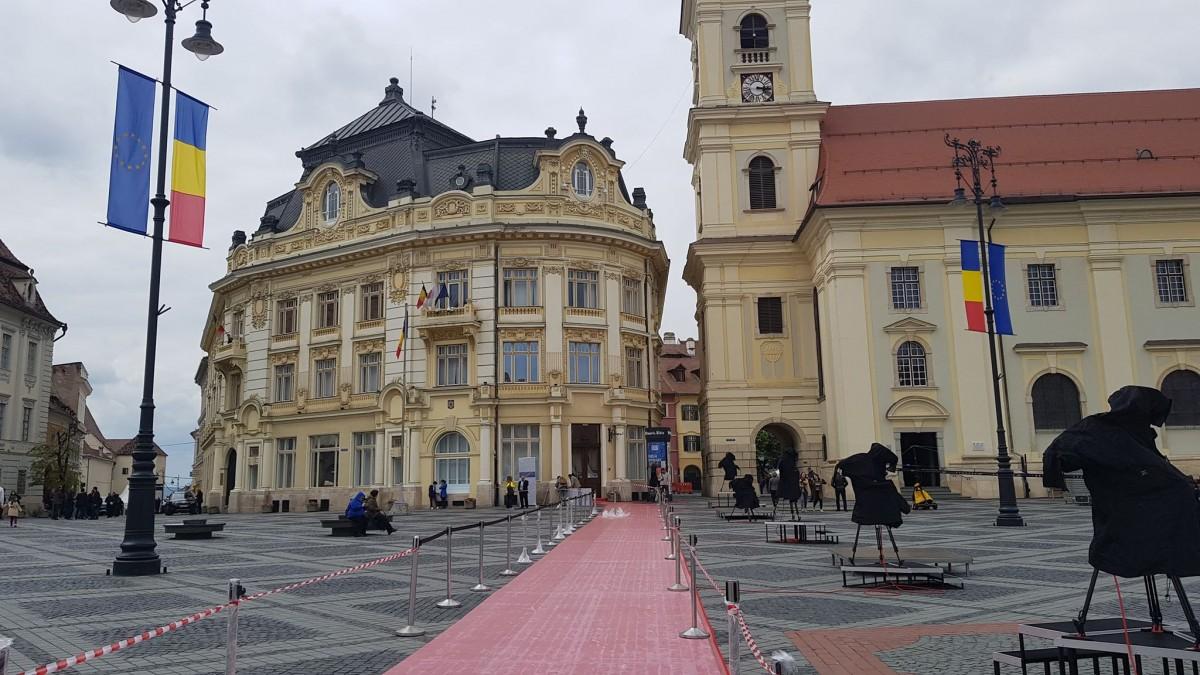 Covorul roșu a fost deja pregătit în Piața Mare