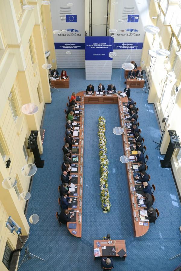 Liderii europeni, reuniți în curtea interioară a Primăriei Sibiu. Sursa foto: presidency.ro
