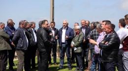 """Cei prezenți la venirea lui Dragnea și Daea au fost selectați și """"nu reprezintă Poiana Sibiului"""", spun oamenii din sat"""
