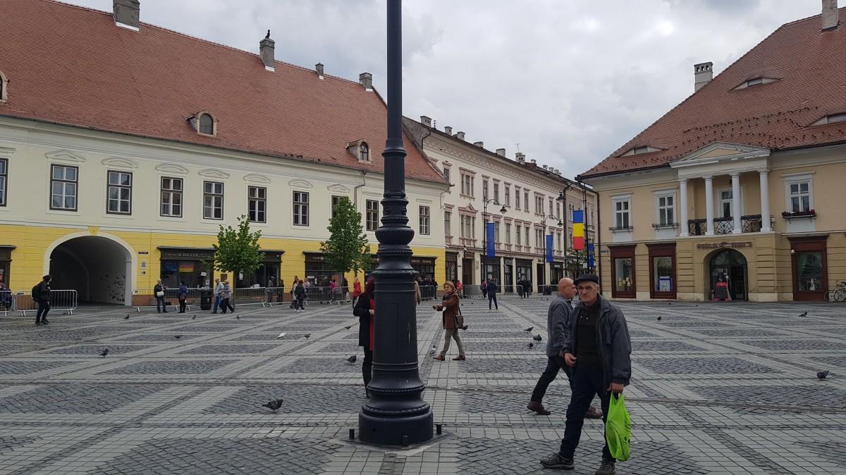 Sibienii vor putea urmări sosirea invitaților din spatele gardurilor amplasate în Piața Mare sau Nicolae Bălcescu