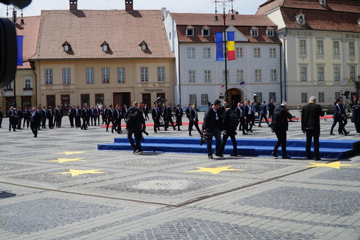 Invitații la summit au fost supravegheați din poduri de lunetiști